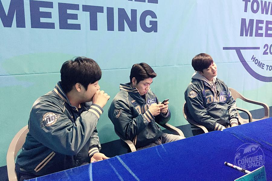 싸인회를 준비 중인 선수들도 팬들만큼이나 긴장되고 설레는 모습이었습니다.