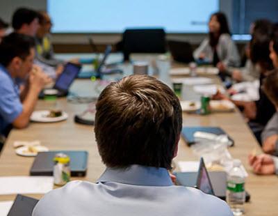 게임 기획팀과 시나리오 담당자는 거의 매일 회의를 합니다