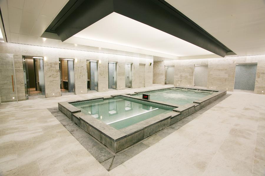 사우나, 샤워실, 락커룸, 찜질방 등의 공간으로 구성된 스파