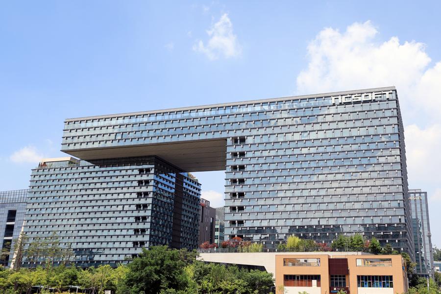 N타워와 C타워의 독특한 구조가 돋보이는 엔씨소프트 R&D센터의 전경