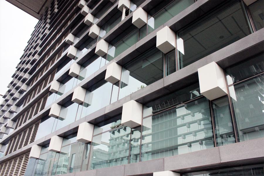 건물 전체를 투명한 유리로 마감해 세련되면서도 조형적인 느낌을 주는 엔씨소프트 R&D센터의 외관 2