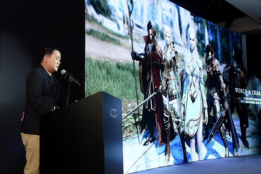 엔씨(NC) 이성구 총괄 프로듀서가 리니지2M 미디어 쇼케이스 '2nd IMPACT'에서 '리니지2M'을 소개하고 있다.